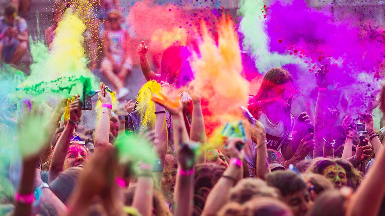 festa dei colori in india - lancio di polveri